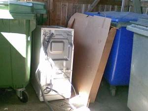 Johonkin tämäkin pyykinpesukone roskakatoksestamme joutuu, varmaankin kaikkien taloyhtiön asukkaiden kustannuksella.