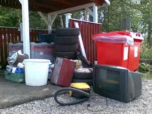 Ei taida aivan kaikki tämä tavara kuulua sekajätteeseen, pahviin, kierrätyspaperiin tai paristoihin.